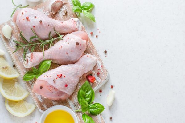 น่องไก่ ลักษณะคล้าย ๆ เนื้อส่วนสะโพก แต่มีเส้นใยปนอยู่มากกว่า