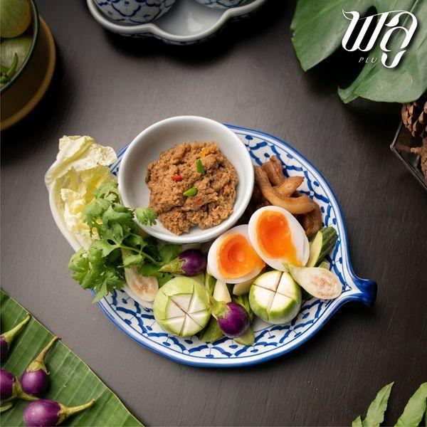 น้ำพริกมะขามอ่อน ที่ถูกเสิร์ฟพร้อมไข่เป็ดต้มยางมะตูม หมูแดดเดียว และผัดสด