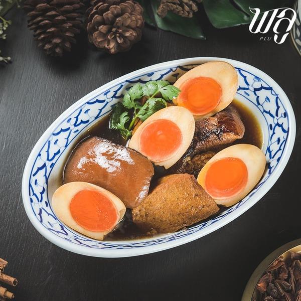 หมูตุ๋นไข่พะโล้ ที่มีไข่พะโล้แบบยางมะตูม ประกบกับหมูสามชั้นชิ้นโต ๆ ที่ถูกตุ๋นจนได้ที่