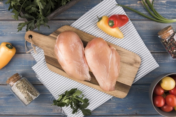 เนื้ออกไก่ เป็นส่วนที่มีโปรตีนมากที่สุด ช่วยเสริมสร้างกล้ามเนื้อ